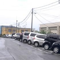 無電柱化事業の導入を計画している和泊町庁舎西側の町道=8日、同町