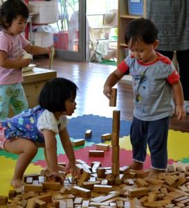 積み木で遊ぶ園児ら=11日、与論町の茶花こども園