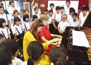 息の合った連弾を披露したピアノデュオ「デュエットゥ」=9日、徳之島町の母間小学校