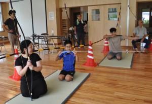 奄美地区の多世代交流イベントで人気を集めた四半的弓道=7日、奄美市名瀬