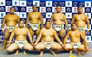 団体8強の鹿児島商。前列右端が里啓佑、後列左から西加、濱口、里海斗、里山(提供写真)