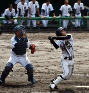 【徳之島―樟南第二戦】五回裏、2点本塁打を放つ徳之島の永田(右)=9日、鹿児島市の鴨池市民球場
