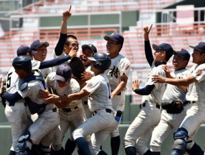 鹿屋中央との決勝を制して喜ぶ神村学園の選手たち=28日、鹿児島市の平和リース球場