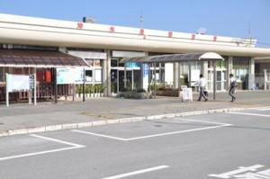 6月末の沖永良部空港ビル株主総会で、増改築する方針が決まった空港ビル=11日、和泊町