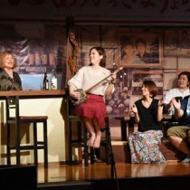 西和美さん(左)と若手唄者らが唄遊びを繰り広げたステージ=21日、奄美市名瀬