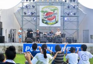 初日は15組が個性豊かなステージを繰り広げた大浜サマーフェスティバル=13日、大浜海浜公園