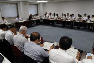 戦略策定のスケジュールなどが説明された外国人材受入活躍推進会議=26日、鹿児島市