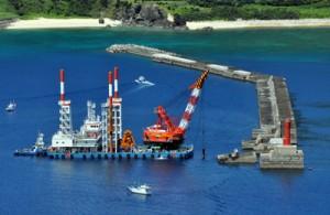 復旧工事が進む沖防波堤=29日、奄美市の名瀬港