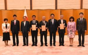 「SDGs未来都市」の選定証を受け取った徳之島町の幸野善治副町長(中央)=内閣府提供