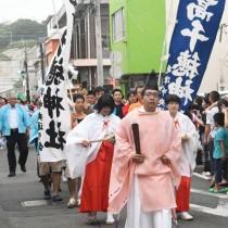 「ご神体」みこしや子どもみこしが練り歩いた亀津高千穂神社六月灯のパレード=20日、徳之島町亀津