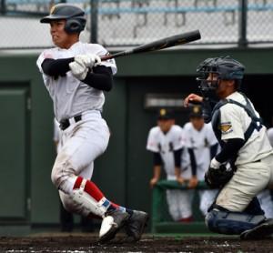 【大島―池田戦】8回、左前打を放つ大島の今里(左)=11日、鹿児島市の平和リース球場