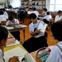 和泊中の3年生が1年生に学習指導を行った和中郷中=13日、和泊町