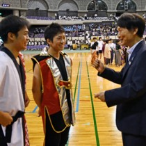 総合開会式のリハーサルを終えた高校生に声を掛ける三反園知事(右)=8日、鹿児島市の鹿児島アリーナ