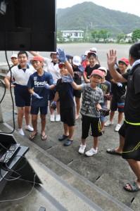 東京都の泰明小とテレビ会議システムで交流する大勝小の児童ら=10日、龍郷町
