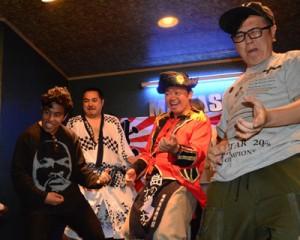 奄美大島で初開催した日本エアギター選手権地区予選で優勝した幸多さん(右から2人目)=6月30日、奄美市名瀬