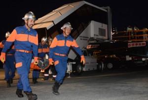 負傷者の搬出訓練を行う消防関係者=26日、奄美市笠利町の奄美空港