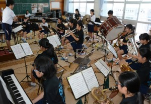 中学校音楽コンクール録音審査の部で金賞を受賞した朝日中吹奏楽部=26日、奄美市名瀬