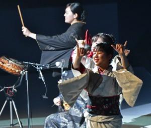 公開演技で島唄を披露する奄美出身の高校生=27日、鹿児島市の鹿児島アリーナ