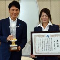 三反園訓知事(左)から表彰を受ける女子ボクシング世界チャンピオンの吉田さん=19日、鹿児島市の県庁