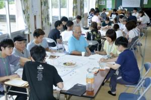 集落の課題などを話し合う住民と学生=6月29日、宇検村須古