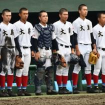 4強入りをあと一歩で逃して試合後、悔し涙を流す大島の選手たち=23日、鹿児島市の平和リース球場