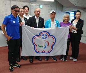台湾の五輪・パラリンピック担当者たちと意見交換した竹田町長()ら=6月27日(提供写真)