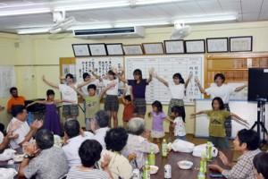 ダンスで敬老会を盛り上げる女子学生=10日、宇検村久志