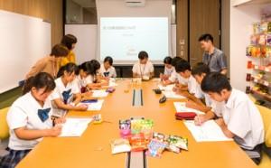 製菓メーカーを訪問し企業活動について学んだ生徒たち=日、東京・新宿