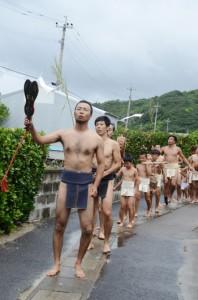 豊年祭の始まりを告げる「振り出し」=10日、宇検村屋鈍集落