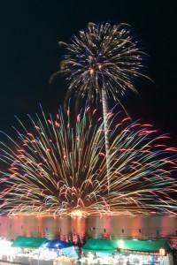 約3千発の花火が打ち上げられた宇検村やけうちどんと祭=4日、同村湯湾