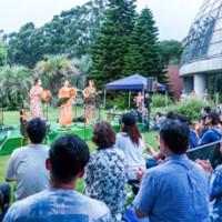 スペシャルライブで奄美をPRした(左から)我那覇美奈さんと城南海さん、牧岡奈美さん=18日、東京都江東区の夢の島熱帯植物館