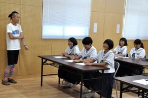国語研の山田准教授(左)から、しまむにを学ぶ中学生=21日、和泊町役場