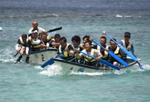 過去最多45チームが参加したあまぎ祭ボートレース大会=4日、天城町ヨナマビーチ