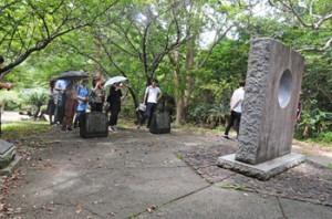 島尾敏雄文学碑公園を見学する学習院大学のゼミ生ら=29日、瀬戸内町加計呂麻島