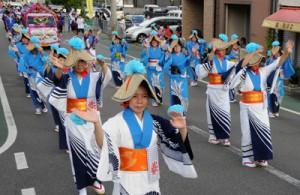 パレードでにぎわった瀬戸内町みなと祭り=24日、同町古仁屋