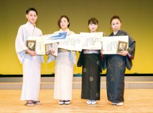 島唄の部入賞者(左から2人目が優勝した伊賀さん)