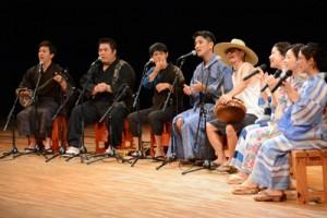 出演者が島唄や唄あすびを披露して観客を魅了した「シマあすびの夕べ」=1日、奄美文化センター