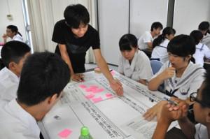 中学、高校、大学生が沖永良部島の課題などについて意見を交わしたリーダー研修=19日、沖永良部高校