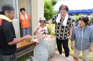 炊き出し訓練も行った塩浜町内会の住民ら=25日、奄美市名瀬