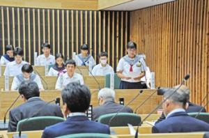 さまざまな課題が取り上げられた奄美市中学生ひかり議会=20日、奄美市名瀬