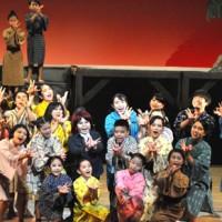 小学生がメインキャストを務めた昼の部の公演=18日、知名町