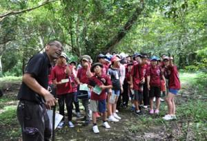 川畑さんの案内で奄美自然観察の森を散策する講座生=26日、龍郷町