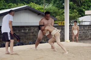 男子学生が参加した前相撲=10日、宇検村久志