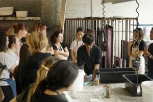 ロイヤルカレッジオブアートで泥染めの授業を行う金井さん(提供写真)