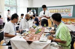 外国人乗船客を奄美の食材でもてなした「奄美高校レストラン」=2日、奄美市名瀬の県立奄美高校