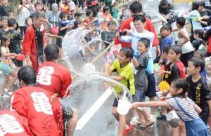 住民らが厄払いに水を掛け合った「ネィンケ」=18日、徳之島町亀徳