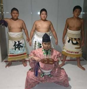 土俵入りを担当した奄美大島チーム。前列から早瀬、後列左から豊田、重村、俵(提供写真)