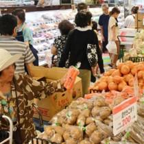 買い物客で混雑する店内=12日、徳之島町のAコープ徳之島店