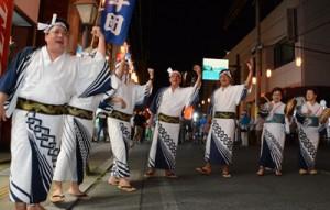 男女で唄を掛け合いながら八月踊りを楽しむ参加者=3日、奄美市名瀬