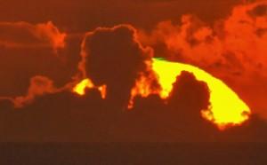 太陽の頂に出現したグリーンフラッシュ=7月31日午後7時15分ごろ、大熊展望台で吉行さん撮影
